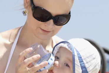 Снимка на жена хранеща бебе.